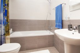 Ванная комната. Кипр, Каппарис : Стильный апартамент с большой гостиной, двумя спальнями и балконом, в комплексе с двумя бассейнами и теннисным кортом