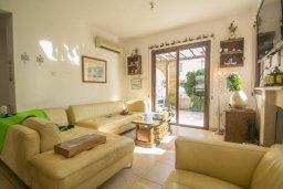 Гостиная. Кипр, Ионион - Айя Текла : Роскошная вилла с бассейном в 50 метрах от моря, 3 спальни, 3 ванные комнаты, приватный дворик с уличным баром, барбекю, парковка, Wi-Fi