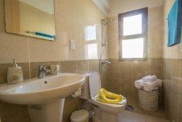 Ванная комната. Кипр, Ионион - Айя Текла : Роскошная вилла с бассейном в 50 метрах от моря, 3 спальни, 3 ванные комнаты, приватный дворик с уличным баром, барбекю, парковка, Wi-Fi