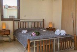 Спальня. Кипр, Ионион - Айя Текла : Роскошная вилла с бассейном в 50 метрах от моря, 3 спальни, 3 ванные комнаты, приватный дворик с уличным баром, барбекю, парковка, Wi-Fi