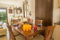 Обеденная зона. Кипр, Ионион - Айя Текла : Роскошная вилла с бассейном в 50 метрах от моря, 3 спальни, 3 ванные комнаты, приватный дворик с уличным баром, барбекю, парковка, Wi-Fi