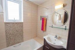 Ванная комната 2. Кипр, Санрайз Протарас : Современная вилла в 50 метрах от пляжа, с 3-мя спальнями, солнечной террасой с патио и барбекю, расположена у песчаного пляжа Sunrise