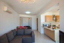 Гостиная. Кипр, Фиг Три Бэй Протарас : Уютный апартамент с 3-мя спальнями и шикарным видом на море, в комплексе с общим бассейном