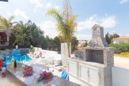Зона отдыха у бассейна. Кипр, Коннос Бэй : Потрясающая вилла с 4-мя спальнями, с бассейном, уличным джакузи, прекрасным зелёным двориком и уютной lounge-зоной