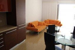 Гостиная. Кипр, Санрайз Протарас : Уютный апартамент с отдельной спальней и видом на море, в комплексе с большим общим бассейном