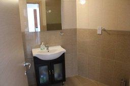 Ванная комната. Кипр, Санрайз Протарас : Уютный апартамент с отдельной спальней и видом на море, в комплексе с большим общим бассейном