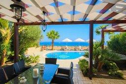 Зона отдыха у бассейна. Кипр, Коннос Бэй : Роскошная вилла с панорамным видом на море, с 4-мя спальнями, с бассейном, большим патио и бильярдом