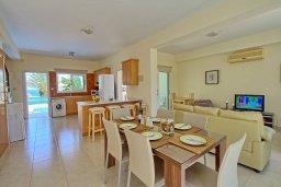Обеденная зона. Кипр, Коннос Бэй : Уютная вилла с видом на море, с 2-мя спальнями, с бассейном, с солнечной террасой на крыше и барбекю
