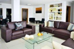 Гостиная. Кипр, Корал Бэй : Шикарная вилла с 4-мя спальнями, с бассейном и солнечной террасой с патио и барбекю, расположена всего в 30 метрах от пляжа Coral Bay