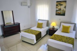 Спальня. Кипр, Корал Бэй : Шикарная вилла с 4-мя спальнями, с бассейном и солнечной террасой с патио и барбекю, расположена всего в 30 метрах от пляжа Coral Bay