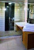 Ванная комната. Кипр, Корал Бэй : Шикарная вилла с 4-мя спальнями, с бассейном и солнечной террасой с патио и барбекю, расположена всего в 30 метрах от пляжа Coral Bay