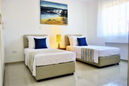 Спальня 2. Кипр, Корал Бэй : Шикарная вилла с 4-мя спальнями, с бассейном и солнечной террасой с патио и барбекю, расположена всего в 30 метрах от пляжа Coral Bay