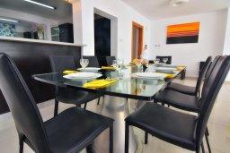 Обеденная зона. Кипр, Корал Бэй : Шикарная вилла с 4-мя спальнями, с бассейном и солнечной террасой с патио и барбекю, расположена всего в 30 метрах от пляжа Coral Bay