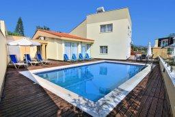 Фасад дома. Кипр, Корал Бэй : Шикарная вилла с 4-мя спальнями, с бассейном и солнечной террасой с патио и барбекю, расположена всего в 30 метрах от пляжа Coral Bay