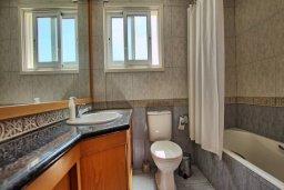 Ванная комната. Кипр, Пернера Тринити : Шикарная вилла с 4-мя спальнями, с бассейном, красивым садом, патио и барбекю