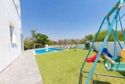 Территория. Кипр, Пернера : Просторная и современная вилла с видом на море, с 5-ю спальнями, с бассейном, большим садом с детской площадкой и барбекю