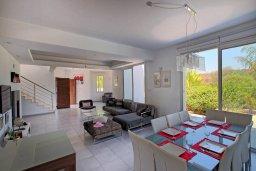 Гостиная. Кипр, Пернера : Просторная и современная вилла с видом на море, с 5-ю спальнями, с бассейном, большим садом с детской площадкой и барбекю
