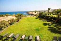 Территория. Кипр, Каппарис : Роскошная вилла с на берегу моря, с 4-мя спальнями, с бассейном и просторным зелёным садом с барбекю