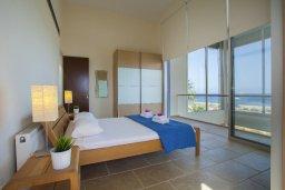 Спальня. Кипр, Коннос Бэй : Современная вилла с шикарным видом на море, с 5-ю спальнями, с lounge-зоной и барбекю, расположена на первой линии