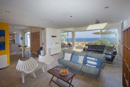 Гостиная. Кипр, Коннос Бэй : Современная вилла с шикарным видом на море, с 5-ю спальнями, с lounge-зоной и барбекю, расположена на первой линии