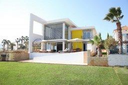 Фасад дома. Кипр, Коннос Бэй : Современная вилла с шикарным видом на море, с 5-ю спальнями, с lounge-зоной и барбекю, расположена на первой линии