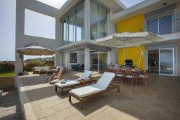 Терраса. Кипр, Коннос Бэй : Современная вилла с шикарным видом на море, с 5-ю спальнями, с lounge-зоной и барбекю, расположена на первой линии