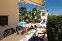Обеденная зона. Кипр, Коннос Бэй : Уютная вилла с 3-мя спальнями, с бассейном и барбекю, расположена на красивейшем побережье Протараса