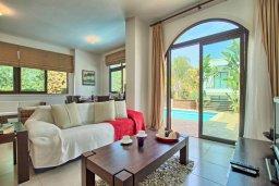 Гостиная. Кипр, Коннос Бэй : Уютная вилла с 3-мя спальнями, с бассейном и барбекю, расположена на красивейшем побережье Протараса