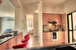 Кухня. Кипр, Коннос Бэй : Уютная вилла с 3-мя спальнями, с бассейном и барбекю, расположена на красивейшем побережье Протараса