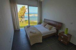 Спальня. Кипр, Пернера Тринити : Современный апартамент на побережье, с 2-мя спальнями, с балконом и шикарным видом на море