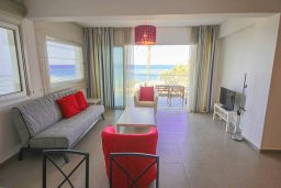 Гостиная. Кипр, Пернера Тринити : Современный апартамент на побережье, с 2-мя спальнями, с балконом и шикарным видом на море