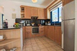 Кухня. Кипр, Пернера : Шикарная вилла в 50 метрах от пляжа, с 5-ю спальнями, с бассейном, lounge-зоной и солнечной террасой на крыше