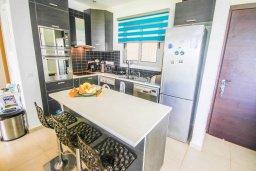 Кухня. Кипр, Пернера Тринити : Потрясающий апартамент на побережье, с 2-мя спальнями, с меблированной верандой и панорамным видом на море