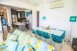 Обеденная зона. Кипр, Пернера Тринити : Потрясающий апартамент на побережье, с 2-мя спальнями, с меблированной верандой и панорамным видом на море