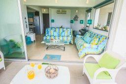 Терраса. Кипр, Пернера Тринити : Потрясающий апартамент на побережье, с 2-мя спальнями, с меблированной верандой и панорамным видом на море