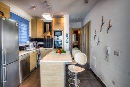 Кухня. Кипр, Пернера Тринити : Шикарный современный апартамент на побережье Ayia Triada, с 2-мя спальнями, с уютной верандой и потрясающим панорамным видом на море