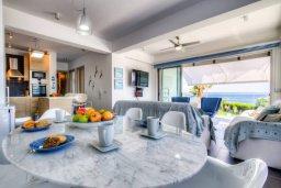 Обеденная зона. Кипр, Пернера Тринити : Шикарный современный апартамент на побережье Ayia Triada, с 2-мя спальнями, с уютной верандой и потрясающим панорамным видом на море