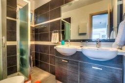 Ванная комната. Кипр, Пернера Тринити : Шикарный современный апартамент на побережье Ayia Triada, с 2-мя спальнями, с уютной верандой и потрясающим панорамным видом на море