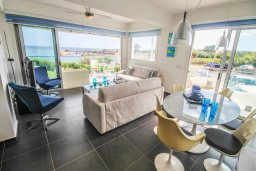 Гостиная. Кипр, Пернера Тринити : Шикарный современный апартамент на побережье Ayia Triada, с 2-мя спальнями, с уютной верандой и потрясающим панорамным видом на море