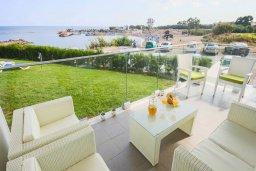 Терраса. Кипр, Пернера Тринити : Шикарный современный апартамент на побережье Ayia Triada, с 2-мя спальнями, с уютной верандой и потрясающим панорамным видом на море