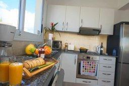 Кухня. Кипр, Корал Бэй : Шикарное бунгало с видом на море, с3-мя спальнями, с бассейном и зелёным двориком с патио и барбекю