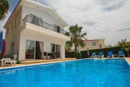 Фасад дома. Кипр, Корал Бэй : Уютная вилла с 3-мя спальнями, бассейном, патио и барбекю, расположена в тихом районе Coral Bay