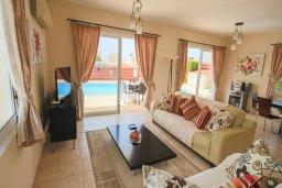 Гостиная. Кипр, Корал Бэй : Уютная вилла с 3-мя спальнями, бассейном, патио и барбекю, расположена в тихом районе Coral Bay