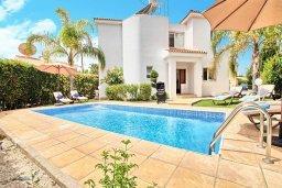 Бассейн. Кипр, Корал Бэй : Прекрасная вилла с 3-мя спальнями, с бассейном, зелёным двориком и солнечной террасой с патио
