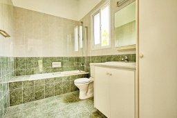 Ванная комната. Кипр, Корал Бэй : Прекрасная вилла с 3-мя спальнями, с бассейном, зелёным двориком и солнечной террасой с патио