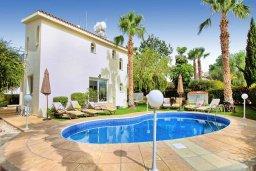 Фасад дома. Кипр, Корал Бэй : Роскошная вилла с 4-мя спальнями, с бассейном, с красивым зелёным садом с солнечной террасой и барбекю