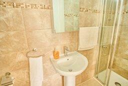 Ванная комната. Кипр, Корал Бэй : Роскошная вилла с 4-мя спальнями, с бассейном, с красивым зелёным садом с солнечной террасой и барбекю