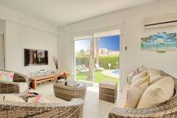 Гостиная. Кипр, Корал Бэй : Роскошная вилла с 4-мя спальнями, с бассейном, с красивым зелёным садом с солнечной террасой и барбекю