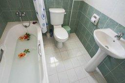 Ванная комната. Кипр, Корал Бэй : Уютная вилла с 2-мя спальнями, с бассейном и зелёным двориком с барбекю, расположена в тихом районе Coral Bay