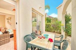 Терраса. Кипр, Корал Бэй : Уютная вилла с 2-мя спальнями, с бассейном и зелёным двориком с барбекю, расположена в тихом районе Coral Bay